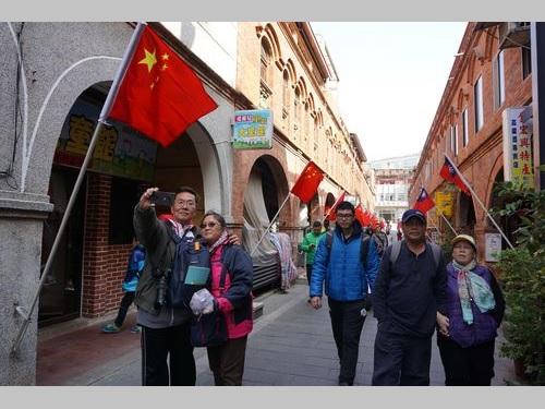 金門の商店街に「奇観」  中華民国国旗と中国大陸の五星紅旗はためく/台湾