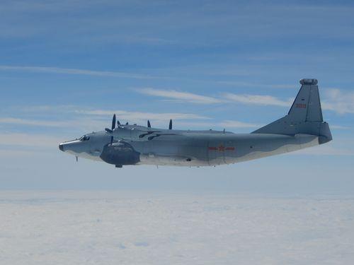 台湾周辺で飛行訓練を行う中国大陸の軍用機Y8=国防部提供