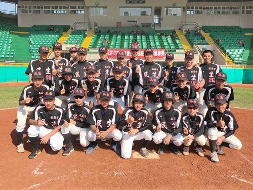 台湾10チームの頂点に立つ嘉義市民生国民中学の選手ら=学生野球連盟提供