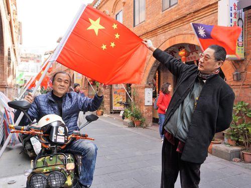 金門の商店街で掲揚される中国大陸の五星紅旗