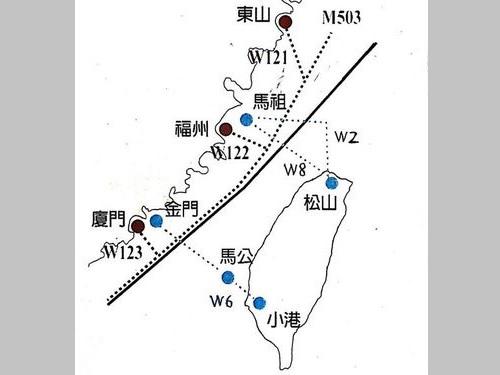 黒い実線は台湾海峡の中間線。赤い丸を結ぶ破線は中国大陸側の、青い丸を結ぶ破線は台湾側の航路=交通部民用航空局提供