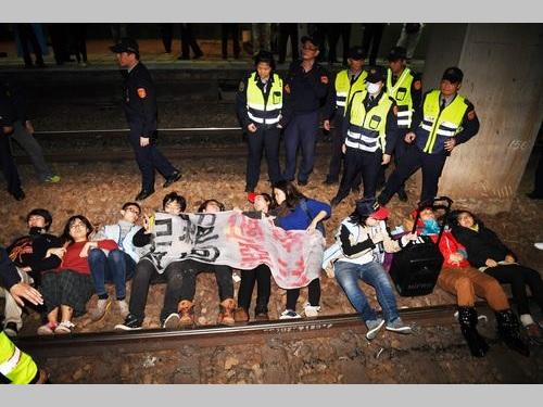 線路を占拠する労働者団体のメンバーら