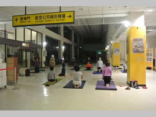 空港ロビーで気功の練習をする人々=恒春空港のフェイスブックページより
