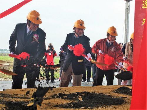 屏東車両基地の着工式に出席する賀陳旦交通部長(交通相、左から2人目)