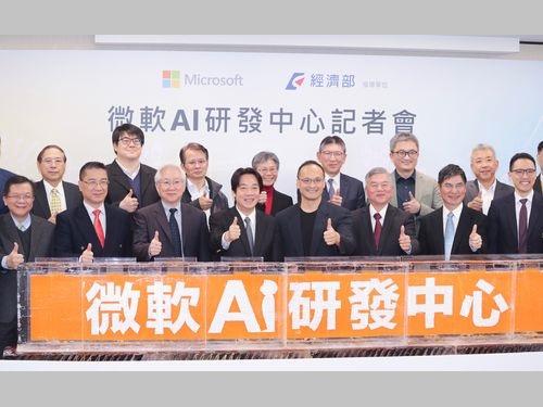 記者会見に出席する頼清徳行政院長(前列左から4人目)