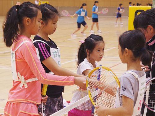 ショートテニスを通じ交流を深める日台の子供たち=マナーキッズプロジェクト提供