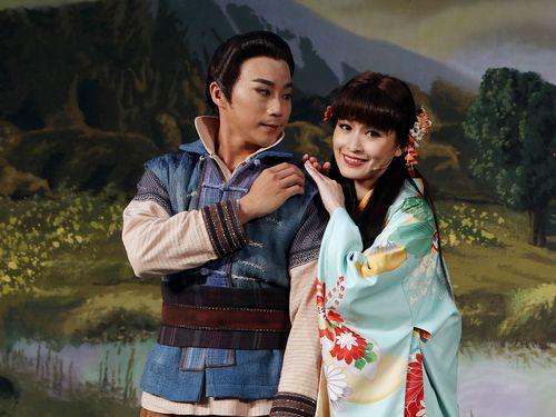 「侠猫」で主演を務める陳子豪さん(左)=明華園提供