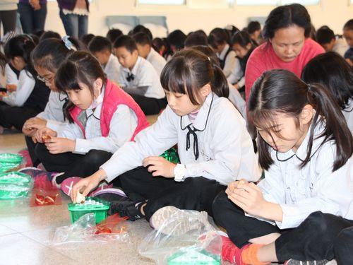 日本のチューリップ専門家、嘉義の小学生に栽培法をレクチャー/台湾