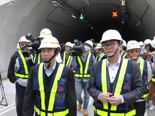 「蘇花公路」バイパス建設工事の状況を視察する賀陳旦交通部長(手前左)