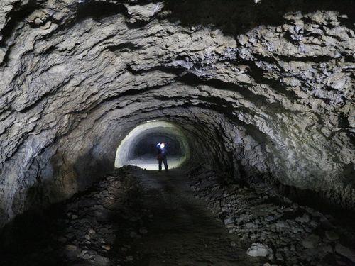 「洞窟燃料廠」として旧日本軍によって掘られたトンネル