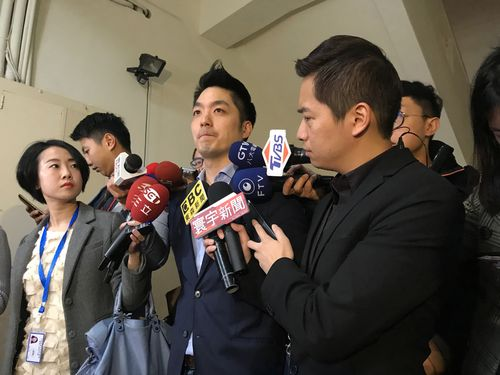 囲み取材に応じた蒋万安立法委員(中央)