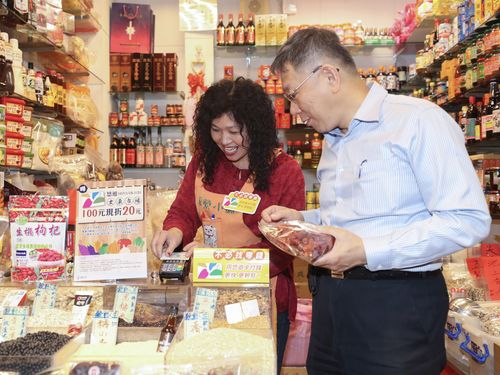 士東市場でイージーカードで買い物をする柯文哲台北市長(右)