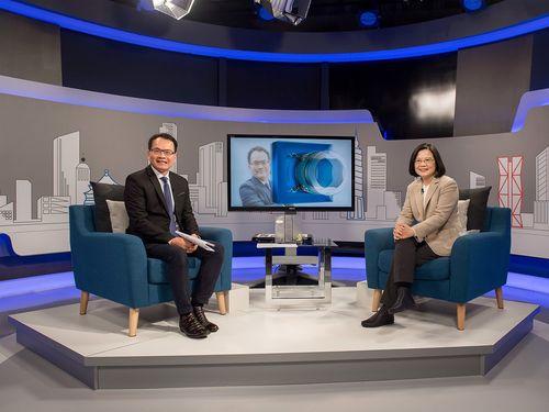 ニュース番組に出演する蔡英文総統(右)=総統府提供