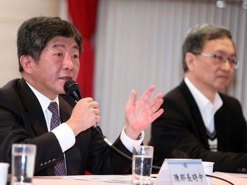 陳時中氏(左)