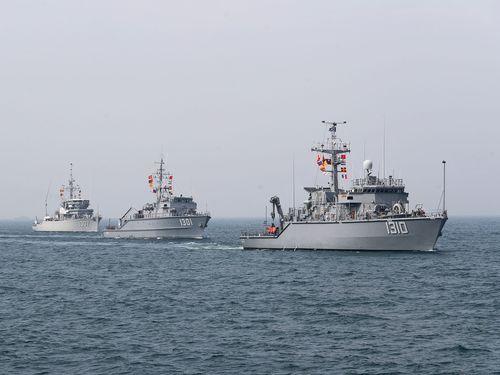 高雄の沖合で機雷除去訓練を行う海軍の艦艇