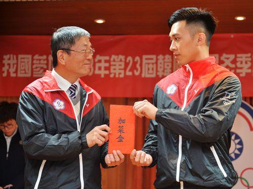 林徳福体育署長(左)から激励金を贈られるリュージュ男子の連徳安選手