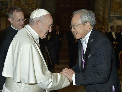フランシスコ法王(左)と握手を交わす李世明・駐バチカン大使=駐バチカン大使館提供
