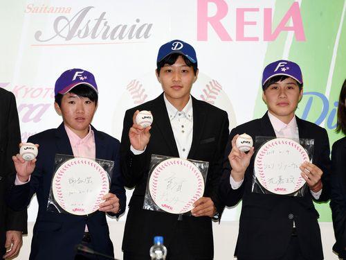 日本女子プロ野球初の台湾人選手となる(右から)シェン・ジァーウェン、ヂェン・チー、シェー・ユーイン