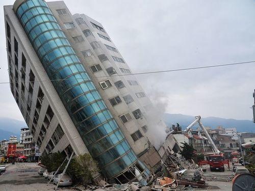 地震で倒壊した花蓮市内の建物