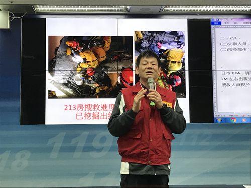 「雲門翠堤大楼」での捜索について説明する陳文龍消防署長