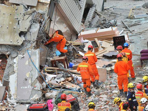 倒壊ビル「雲門翠堤大楼」で懸命の捜索を続ける救助隊の隊員たち