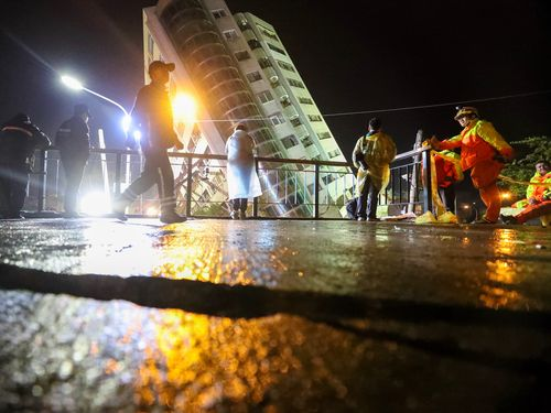 地震で大きく傾いた「雲門翠堤大楼」