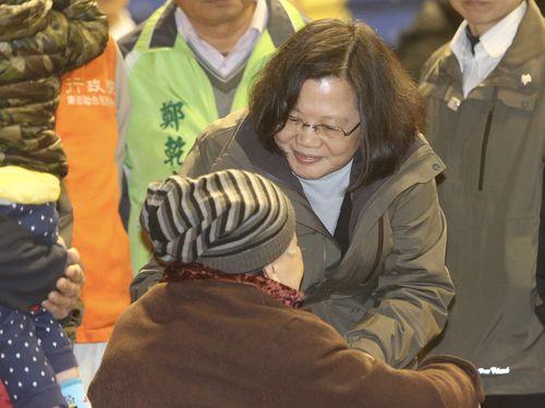 8日夕、花蓮市内の避難所を訪れ被災者を見舞う蔡英文総統
