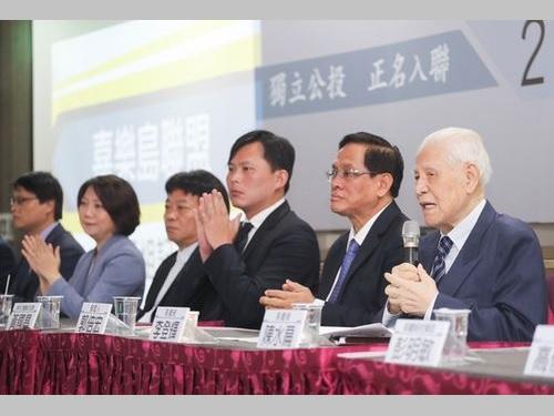 記者会見に臨む李登輝元総統(右から1人目)