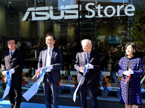 テープカットをして「ASUS Store Akasaka」のオープンを祝った施崇棠エイスース会長(左から2人目)