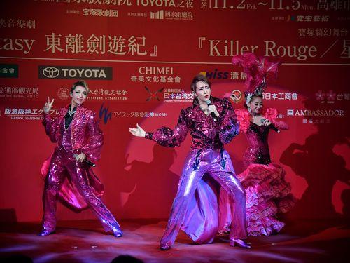 歌やダンスを披露する(左から)礼真琴さん、紅ゆずるさん、綺咲愛里さん