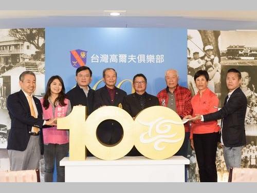 記者会見に臨むト阿玉さん(右から2人目)=台湾ゴルフ倶楽部提供