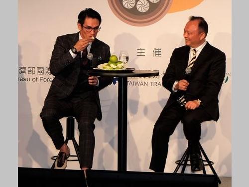 台湾産インドナツメを満喫する陽岱鋼選手(左)