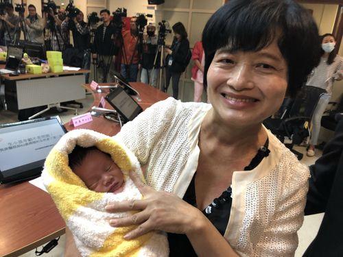無痛分娩で男児を出産した62歳の台湾女性