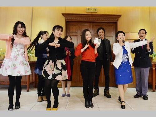 立法院で歌やダンスを披露する日本の歌手やパフォーマーら