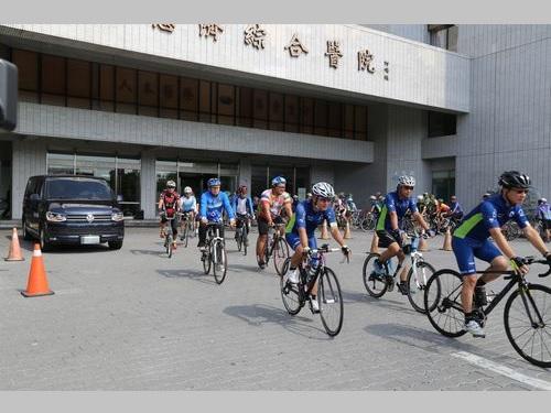 事故で亡くなった日本人男性を見送ろうと、花蓮慈済医院に集まり、遺族とともに病院を後にした台湾の自転車愛好家たち=2017年9月16日撮影