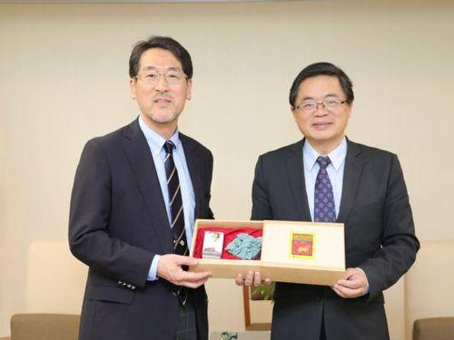 左から関西学院大学の長峯純一副学長、台南市の李孟諺市長=台南市政府提供