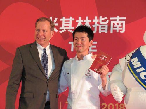 「日本料理 龍吟」の台北支店「祥雲龍吟」の料理長、稗田良平(右)