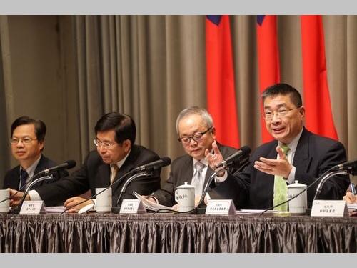 中国大陸による優遇措置への対抗策を発表する行政院の徐国勇報道官(右)ら