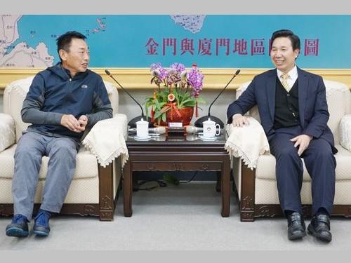 海軍司令部の陳子鳳副司令(左)と歓談する陳福海金門県長
