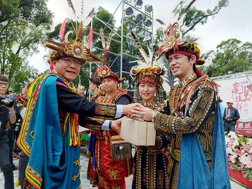 潘孟安・屏東県長から祝福される日本人カップル(右から1人目と同2人目)