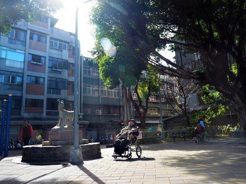 公園で日向ぼっこするお年寄り(資料写真)
