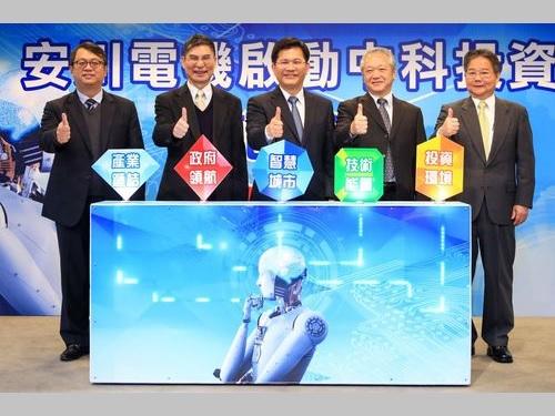 記者会見に出席する林佳龍・台中市長(中央)=同市政府提供
