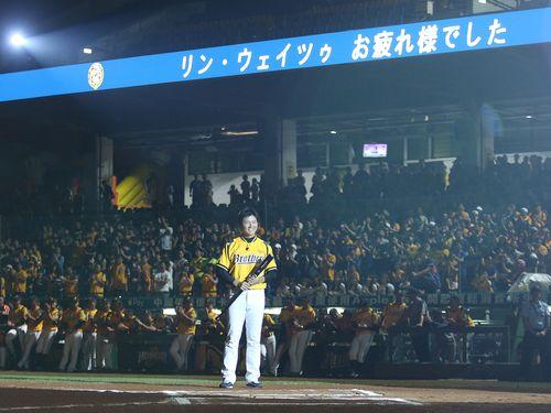 「リン・ウェイツゥ お疲れ様でした」と日本語のメッセージが表示される洲際球場のモニター