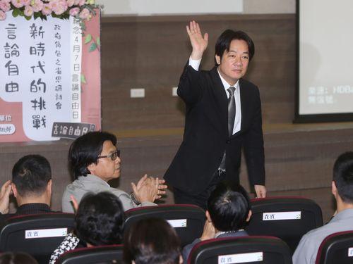 来場者の拍手に手を振って応える頼清徳行政院長