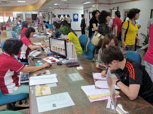 婚姻届を出す台湾人カップル(右下)