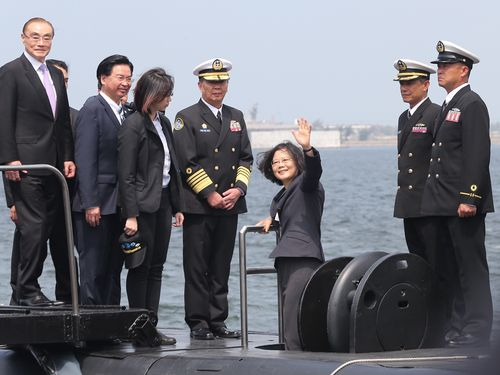 潜水艦部隊を視察する蔡英文総統(右3)