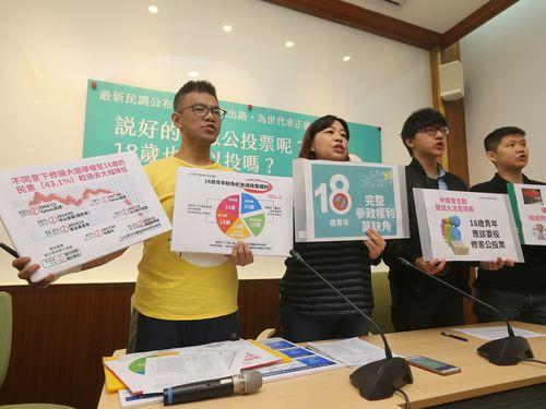 選挙権年齢の引き下げに向けた憲法改正を呼び掛ける「台湾少年権益と福利促進連盟」ら