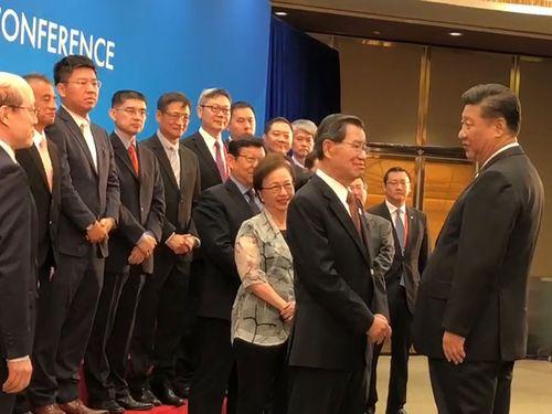 習近平氏(手前右)と言葉を交わす蕭万長元副総統(同左)=読者提供