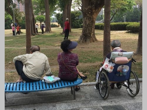 公園に集まる高齢者たち