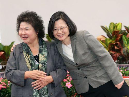 陳菊・高雄市長(左)の肩に手を置く蔡英文総統